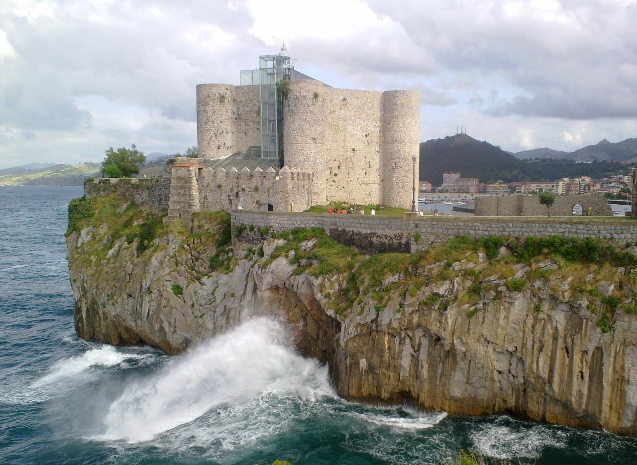 Castillo faro desde el acantilado, a menos de 5 km de Posada Rosalia.